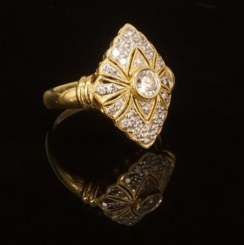 Art deco ring i 18kt guld prydet med diamanter. 